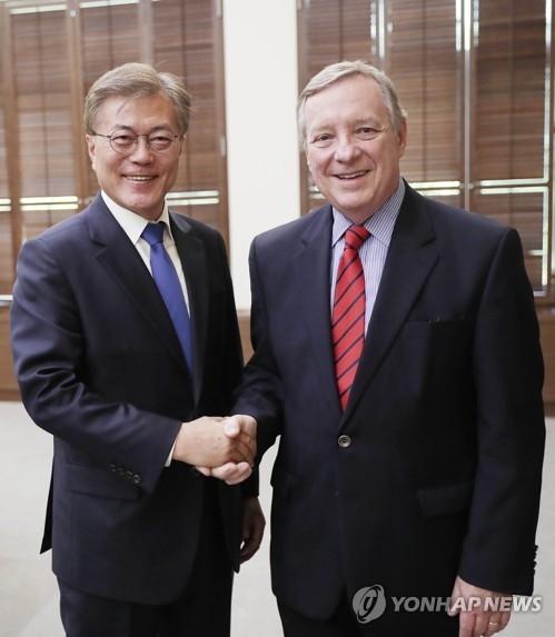 韩国总统文在寅接见美国民主党参议院议员迪克·德宾(右)。(韩联社/青瓦台提供)
