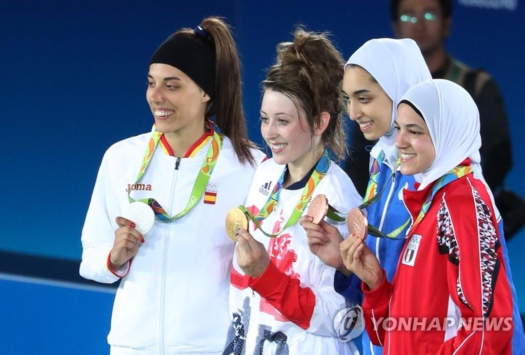 资料图片:里约奥运跆拳道女子57公斤级冠军琼斯(左二,韩联社)
