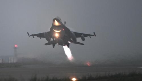 图为起飞的KF-16战斗机。(韩联社/韩国空军提供)