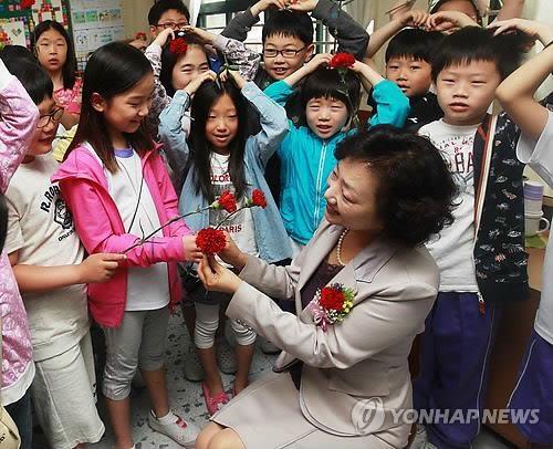 韩政府计划5年内增1.6万名教师 - 1