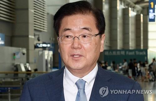 6月1日上午,在仁川国际机场,韩国总统府青瓦台国家安保室室长郑义溶在启程赴美前接受媒体采访。(韩联社/永宗岛机场联合摄影组)