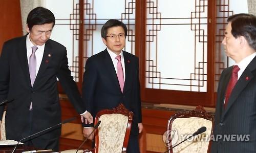 资料图片:左起依次是韩国外长尹炳世、前总理黄教安、防长韩民求。(韩联社)