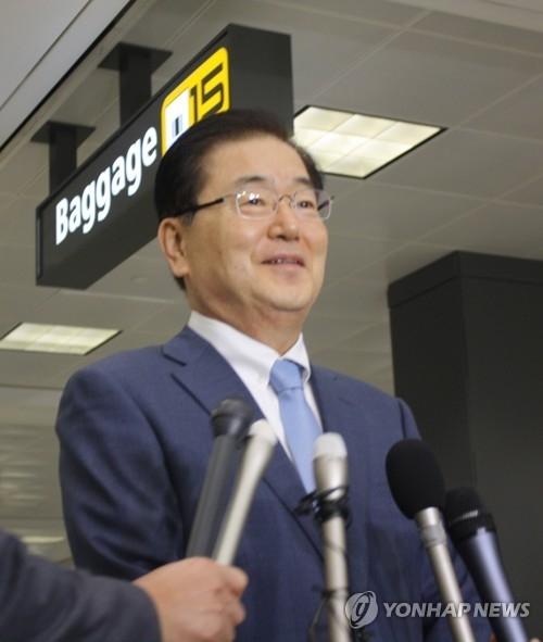 当地时间6月1日,在华盛顿杜勒斯机场,韩国总统府国安室长郑义溶答记者问。(韩联社)