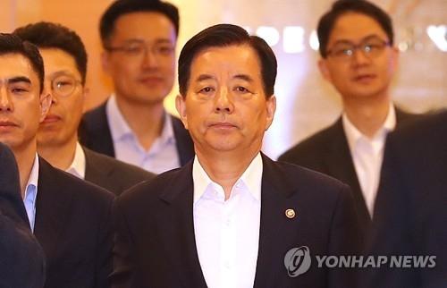 6月2日下午,在仁川机场,韩民求准备飞赴新加坡出席第十六届香格里拉对话会。(韩联社)
