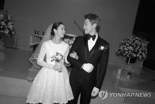 资料图片:RAIN(右)和金泰希婚礼现场照(韩联社/RAIN经纪公司提供)