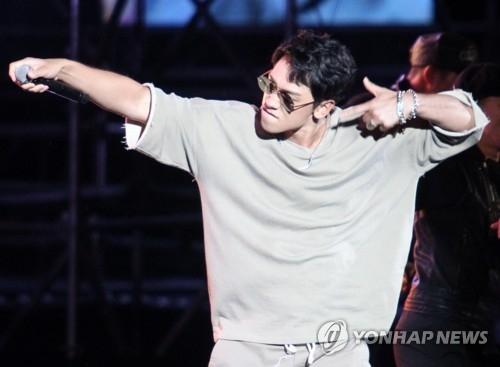 """当地时间6月3日,在位于泰国曼谷的韩流购物广场""""SHOW DC"""",歌手兼演员RAIN参加《2017热播盛典》,并为观众献上精彩表演。(韩联社)"""