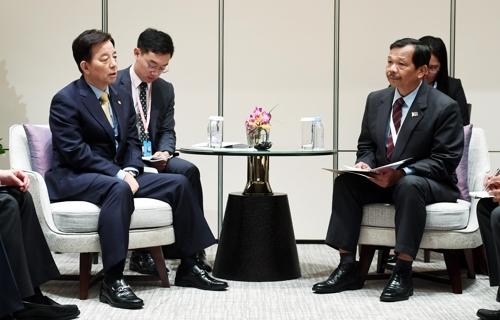 6月4日,在新加坡,韩民求(左)会见菲律宾负责政策事务的副防长里卡多·大卫。(韩联社)
