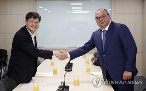 6月5日,在文化体育观光部大楼,第一次官(副部长)宋秀根(左)与米哈伊洛夫举行会晤。(韩联社)