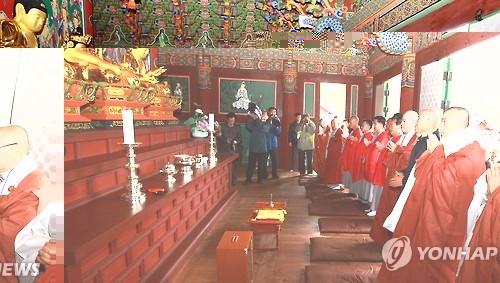 资料图片:2015年11月,在朝鲜金刚山神溪寺,韩国僧侣出席法会祈愿和平统一。(韩联社)