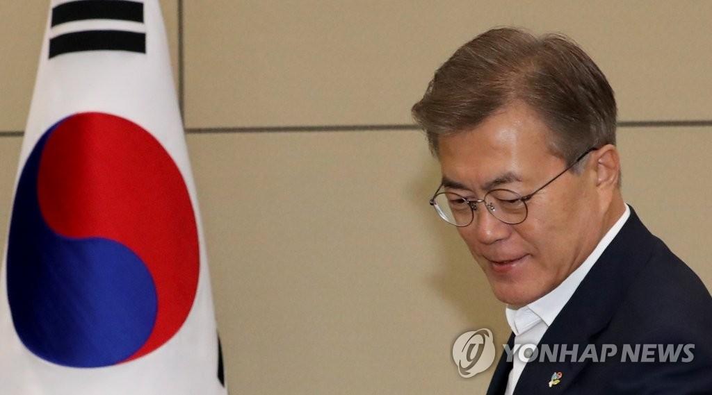 6月5日下午,在青瓦台,文在寅出席总统首秘会议。(韩联社)