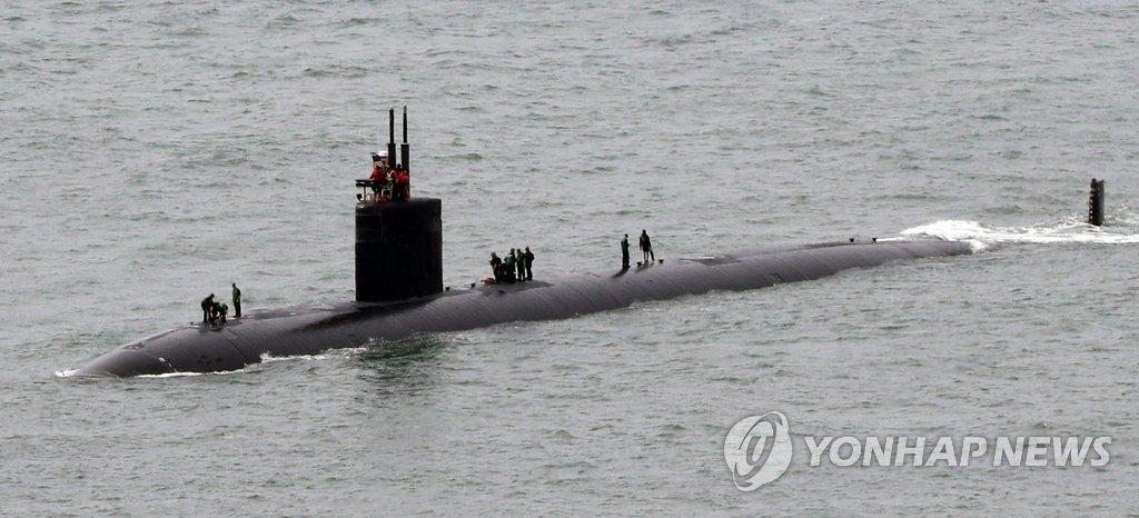 """6月6日上午,美军洛杉矶级核潜艇""""夏延""""(Cheyenne)号驶入韩国海军作战司令部釜山基地。(韩联社)"""