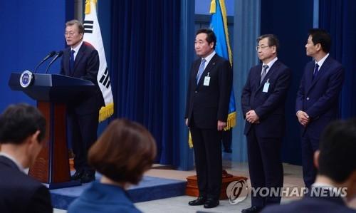 资料图片:5月10日,韩国总统文在寅在青瓦台举行记者会公布新任国务总理候选人、国家情报院院长候选人、青瓦台秘书室长候选人名单。(韩联社)