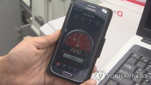资料图片:一名手机用户在测试网速。(韩联社/韩联社TV画面截图)