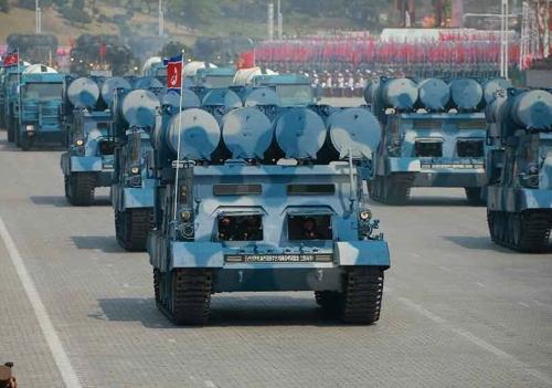 资料图片:图为今年4月15日在朝鲜已故前最高领导人金日成生日阅兵式上亮相的新型地对舰巡航导弹。图片仅限韩国国内使用,严禁转载复制。(韩联社/朝鲜中央电视台)