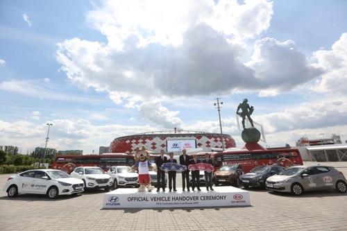当地时间6月8日,现代起亚汽车和国际足联相关人士在莫斯科举行车辆提供仪式。(韩联社/现代起亚汽车提供)