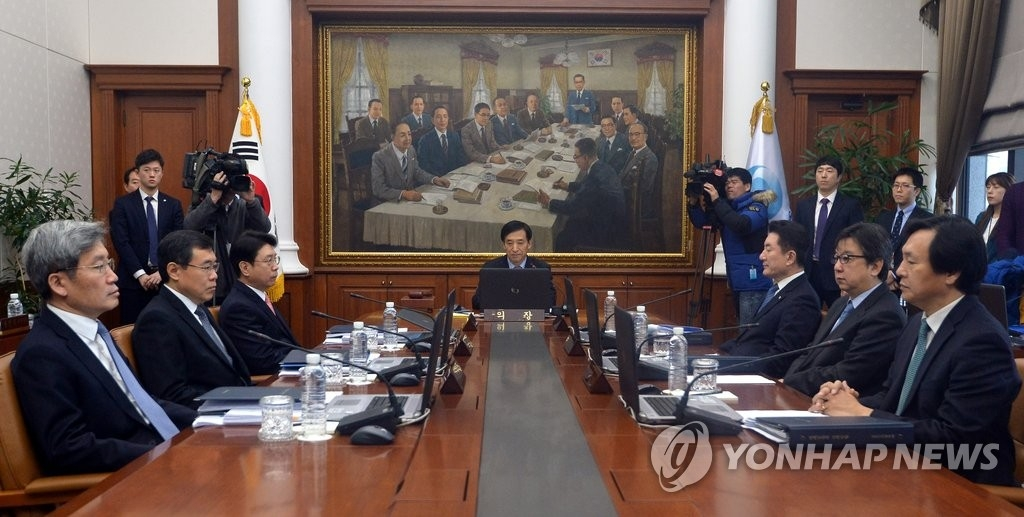 资料图片:韩国银行行长李柱烈(中)主持召开金融货币委员会全体会议。(韩联社)
