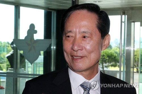 6月12日,韩国防长被提名人宋永武在国防部大楼回答记者提问。(韩联社)