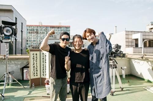 演员权相佑(左起)、成东日、李光洙合影留念。(韩联社/CJ娱乐提供)