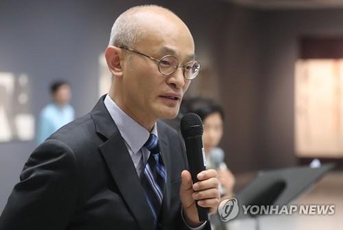 资料图片:韩国艺术殿堂书法部长李东拲(韩联社)