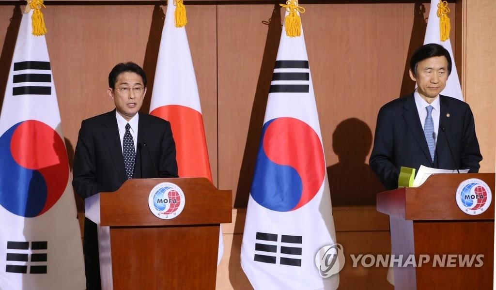 资料图片:2015年12月28日,在位于首尔钟路区的外交部大楼,韩国外长尹炳世(右)和日本外相岸田文雄举办联合记者会发布签署慰安妇协议的消息。(韩联社)