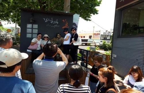 外国游客搭乘K-旅行巴士寻访大邱旅游景点。(韩联社/大邱市政府提供)