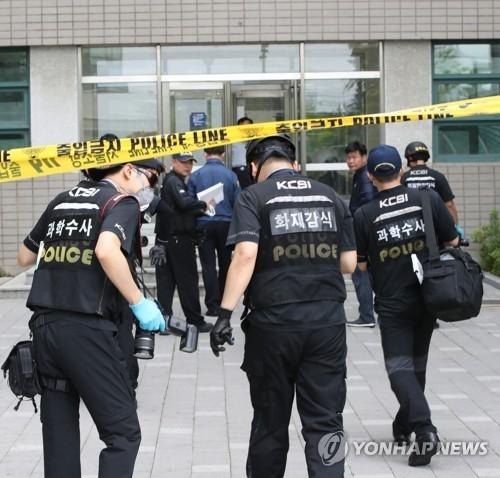 6月13日上午,在延世大学,韩国警方人员走入爆炸现场。(韩联社)
