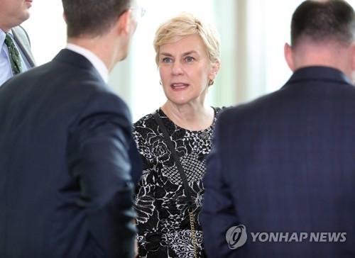 6月13日上午,在韩国外交部,福莱特准备出席延伸威慑协商机制预备会。(韩联社)