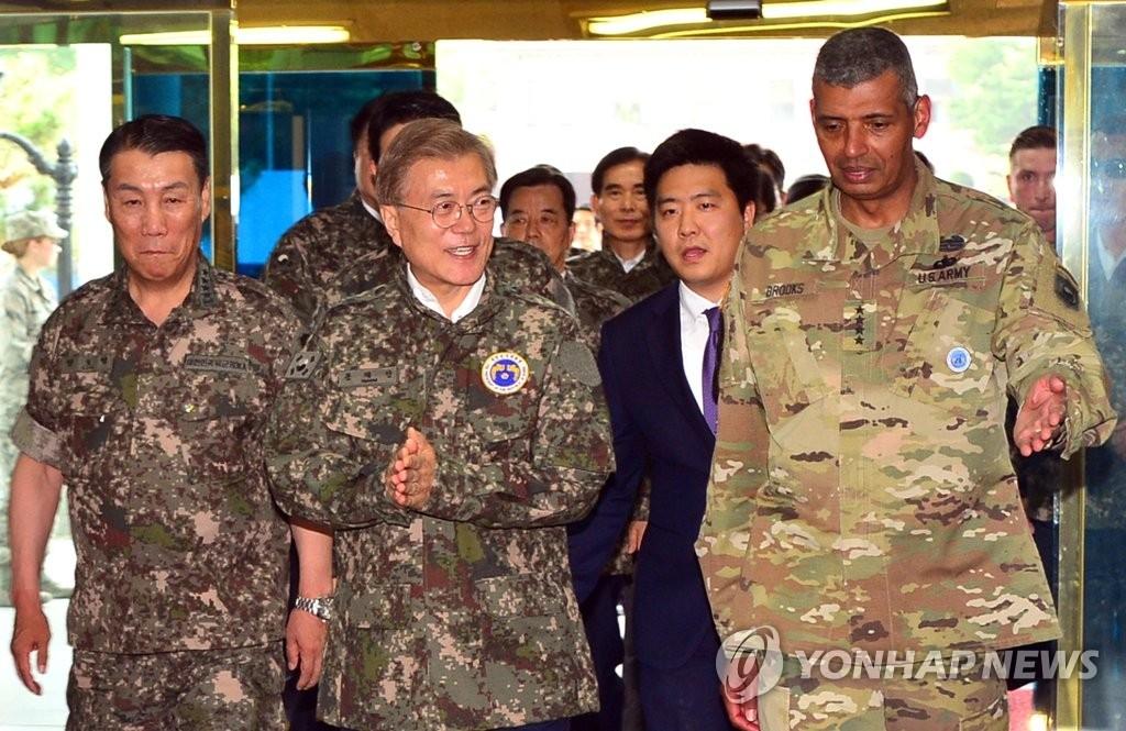 6月13日,韩国总统文在寅(前排左二)访问韩美联合司令部,会见韩美联合司令官文森特·布鲁克斯(右一)。(韩联社)