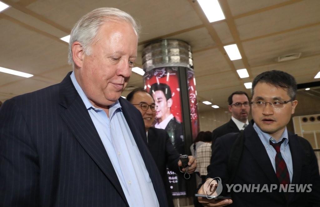 6月13日,美国国务院副国务卿托马斯·香农(左)入境韩国并接受记者采访。(韩联社)