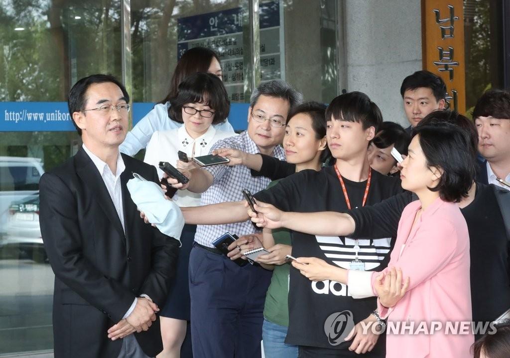 6月13日,韩国统一部长官被提名人赵明均(左)在韩朝会谈总部门口接受记者采访。(韩联社)