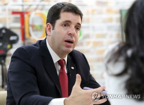 6月14日上午,在首尔市韩联社总部,卡利加里斯接受采访。(韩联社)