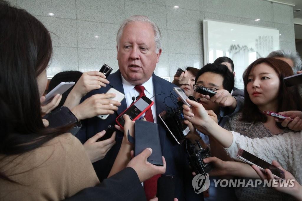 6月14日,在韩国外交部大楼,美国国务院副国务卿托马斯·香农接受媒体采访。(韩联社)