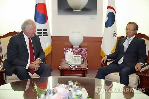 6月14日,在韩国外交部大楼,韩国第一副外长林圣男(右)与到访的美国国务院副国务卿托马斯·香农交谈。(韩联社)