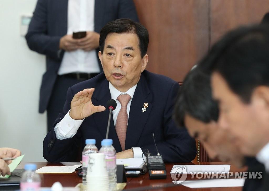 6月14日下午,韩国国防部长官韩民求出席国会国防委员会座谈会,回答有关朝鲜无人机的问题。(韩联社)
