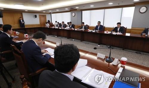图为6月15日在首尔市的银行会馆举行的第52次宏观经济金融委员会会议现场。(韩联社)
