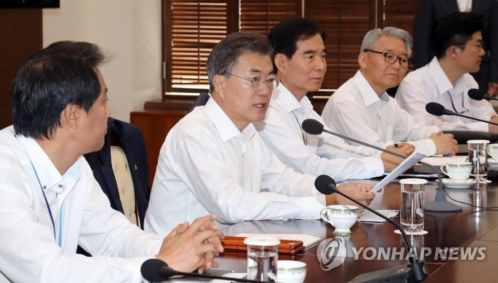 文在寅(左二)在首席助理会议上发言。(韩联社)