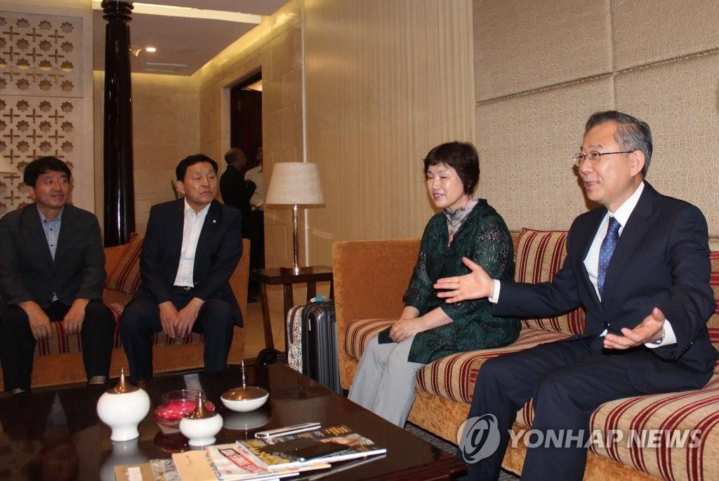 6月15日下午,在印度新德里,韩国总统特使郑东采(右一)会见韩国特派记者。(韩联社)