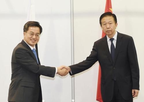 韩中财长时隔11个月会晤 讨论经济合作事宜