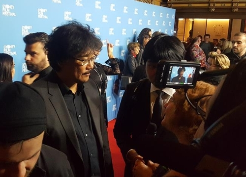 6月18日,奉俊昊接受悉尼媒体采访。(韩联社)