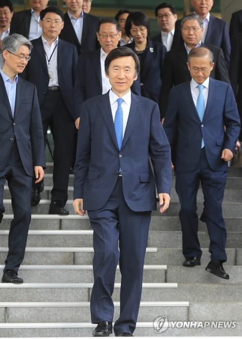 6月19日上午,韩国前外长尹炳世出席离职仪式后走出外交部大楼。(韩联社)
