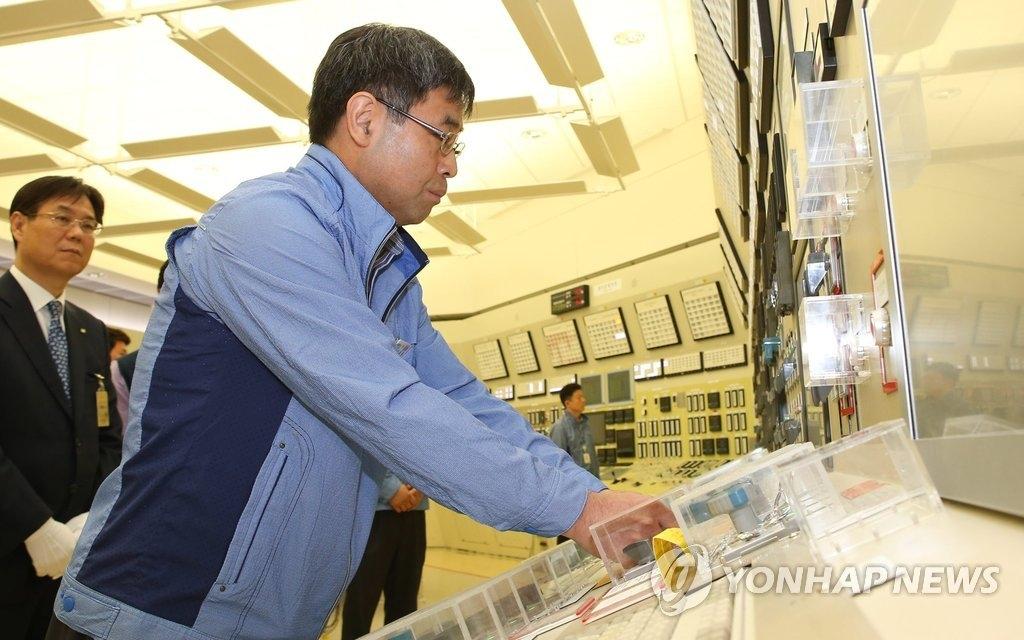 6月17日18时,工作人员切断古里核电站1号机组电源。(韩联社)