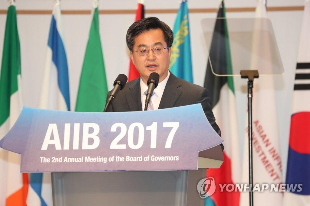 资料图片:6月16日,在韩国济州,韩国副总理金东兖出席亚投行年会并发表主旨演讲。(韩联社)