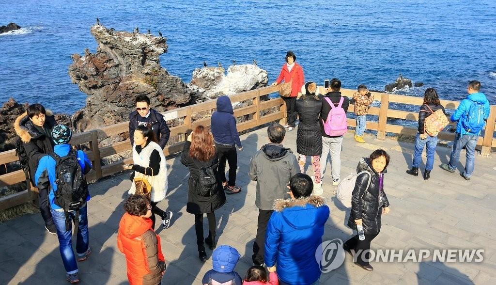 资料图片:在济州的中国游客(韩联社)