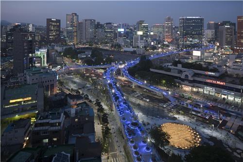 """""""首尔路7017""""夜景 (韩联社/首尔市政府提供)"""