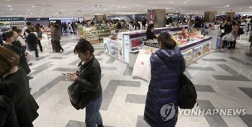 资料图片:韩国某免税店的化妆品专区(韩联社)