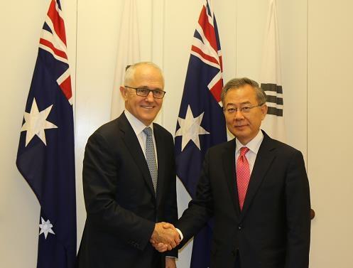6月19日,在堪培拉,澳大利亚总理特恩布尔(左)接见韩国总统特使郑东采。(韩联社)