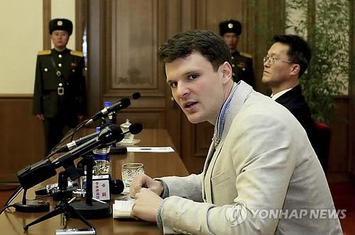 资料图片:2017年2月份,在平壤,奥托·瓦姆比尔出席记者会并发言。(韩联社/美联社)