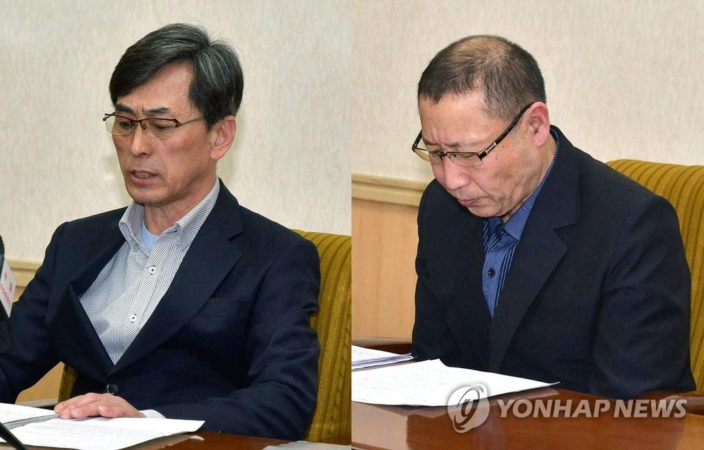 资料图片:2015年3月,在平壤人民文化宫,被朝鲜扣押的两名韩国公民参加记者会。图片仅限韩国国内使用,严禁转载复制。(韩联社/朝中社)