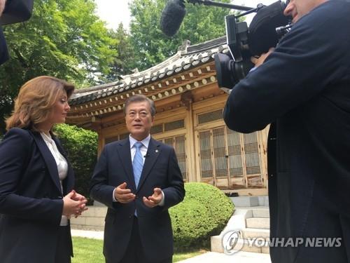 6月20日上午,在韩国青瓦台,总统文在寅接受美国哥伦比亚广播公司(CBS)专访。(韩联社/青瓦台提供)
