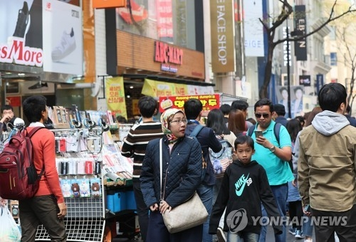 资料图片:明洞街头的外国游客。(韩联社)